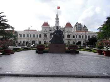ホーチミン像と人民委員会