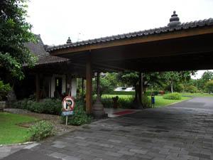 マノハラホテル(Manohara Hotel )入口
