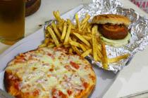 トマトチーズピザとベジバーガー
