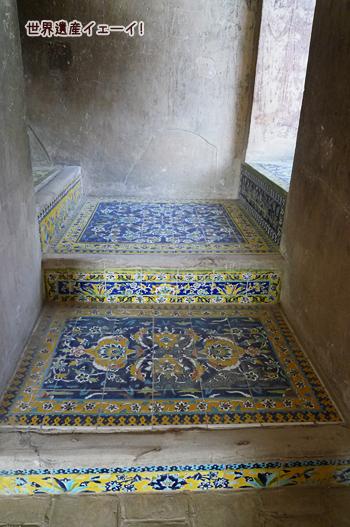床のタイル装飾