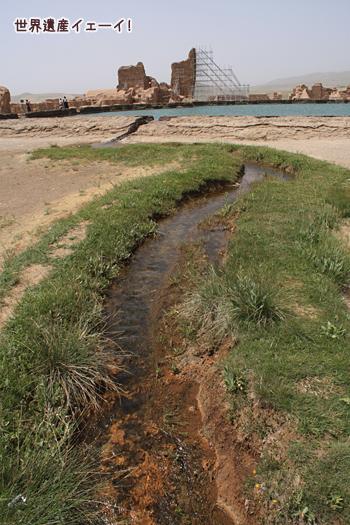 タハテ・スレマーン湖から水
