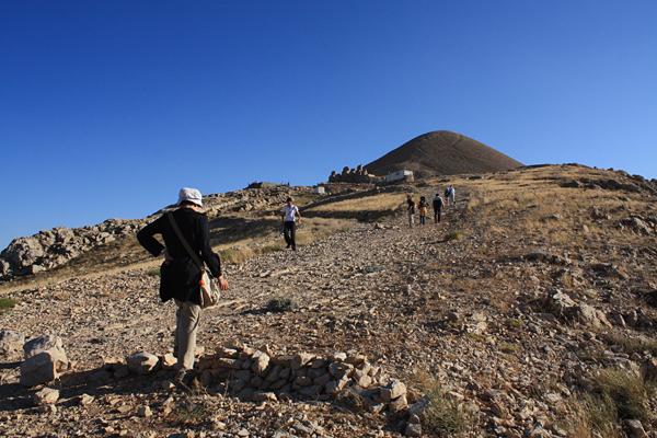 ネムルット・ダー山頂へ