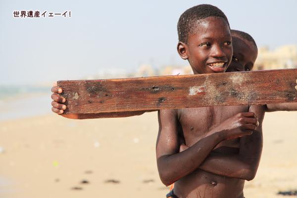 サンルイの大西洋で遊ぶ少年達
