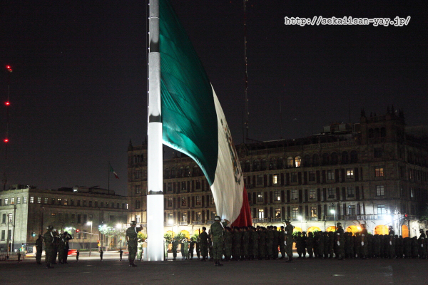 ソカロの国旗掲揚セレモニー