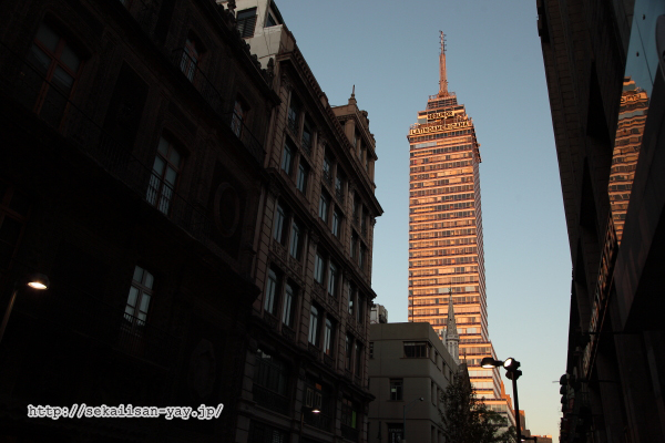 朝日に染まるラテンアメリカ・タワー