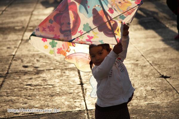 夕暮れ時にソカロで遊ぶ子供たち