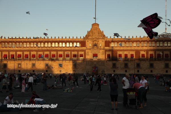 夕日に染まる国立宮殿