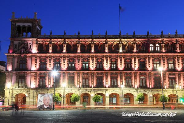 ソカロにある連邦区庁舎の夜景