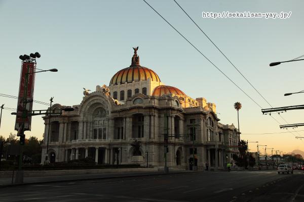 朝日に染まるべジャス・アルテス宮殿